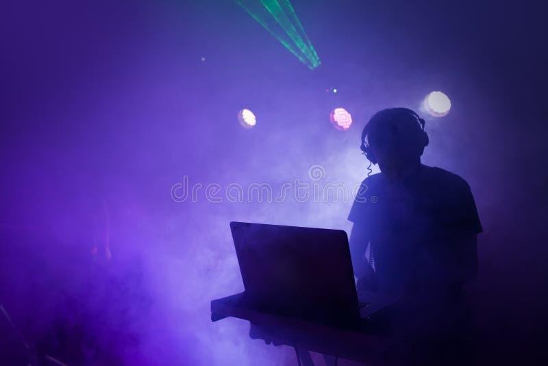 Muziek DJ die zich bij nachtclub mengen stock afbeeldingen