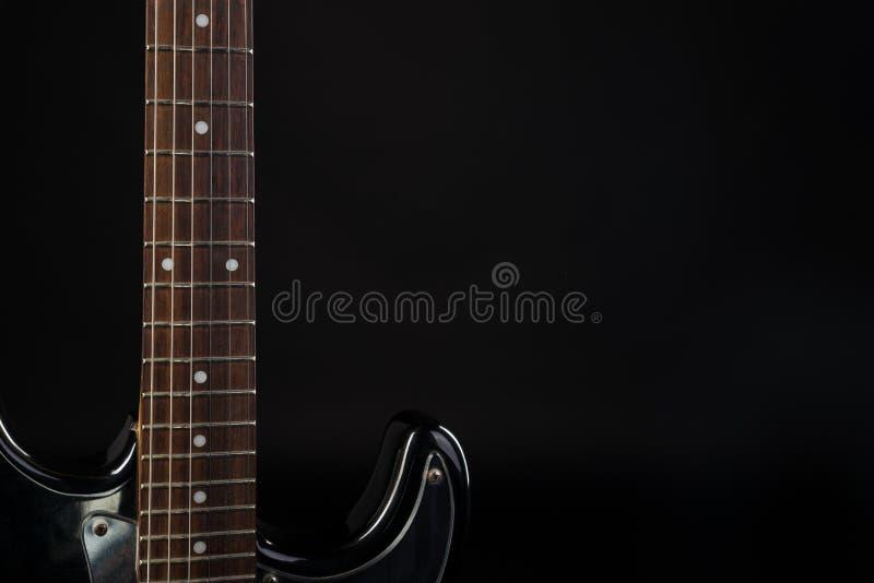 Muziek en art. Elektrische gitaar op een zwarte geïsoleerde achtergrond Horizontaal kader stock foto's