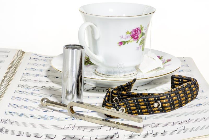 Muziek en een kop thee met stemvork stock fotografie