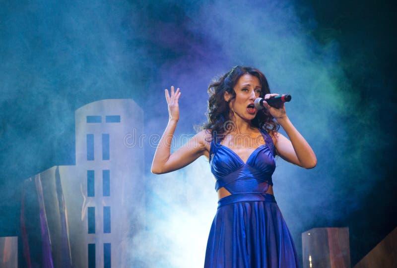 muziek en karaoke Schoonheid en manier, retro en jazz leef prestaties, studio, overleg, toon zangermeisje in blauwe kleding met m royalty-vrije stock foto