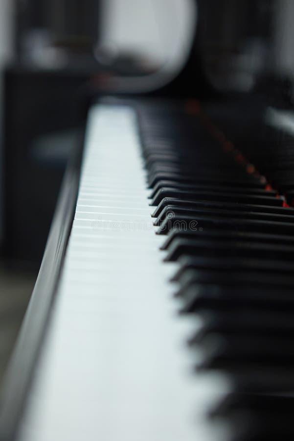 Muziek performer& x27; s De achtergrond van het pianotoetsenbord De sleutels van de piano royalty-vrije stock afbeeldingen