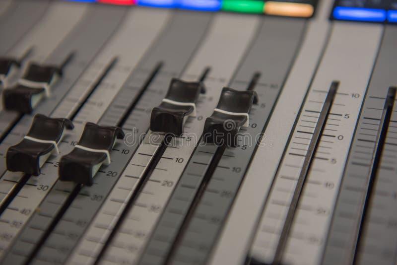 Muziek van de de hulpmiddelen de Audio correcte mixer van de close-upaanpassing, technologie royalty-vrije stock afbeelding