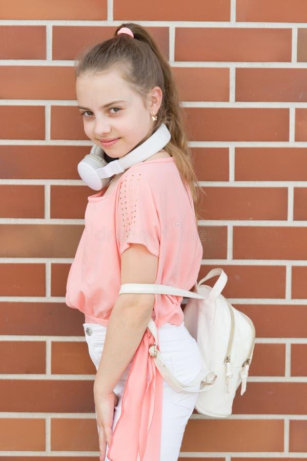 Muziekaandrijving haar leven Tijd om uw lichaam te bewegen De zomervakantie en toerisme Meisjes onbezorgd kind met hoofdtelefoons stock afbeeldingen