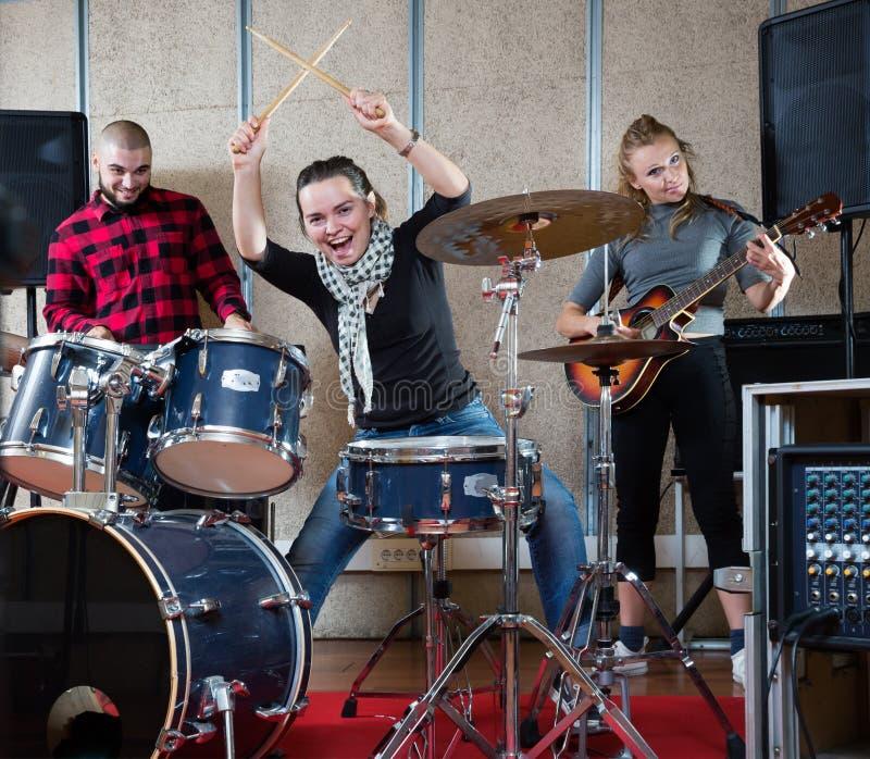 Muziekband met een volwassen drummer-repetitie stock afbeeldingen
