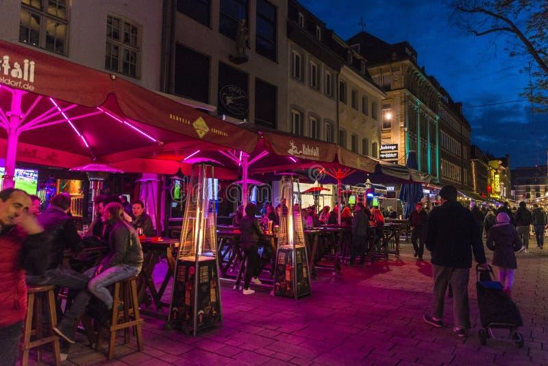 Muziekbars en restaurants bij nacht in Dusseldorf, Duitsland stock foto's