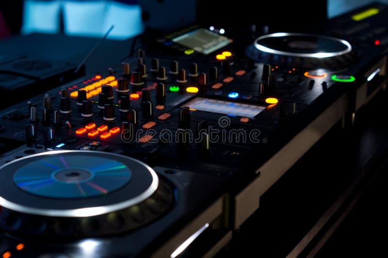 Muziekdek bij een disco die bij nacht wordt verlicht stock foto