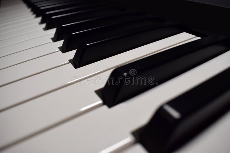 Muziekinstrument - de close-upmening van het pianotoetsenbord royalty-vrije stock fotografie