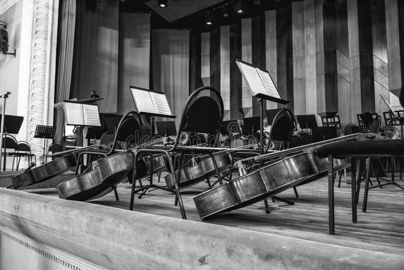 Muziekinstrumenten op het podium stock foto