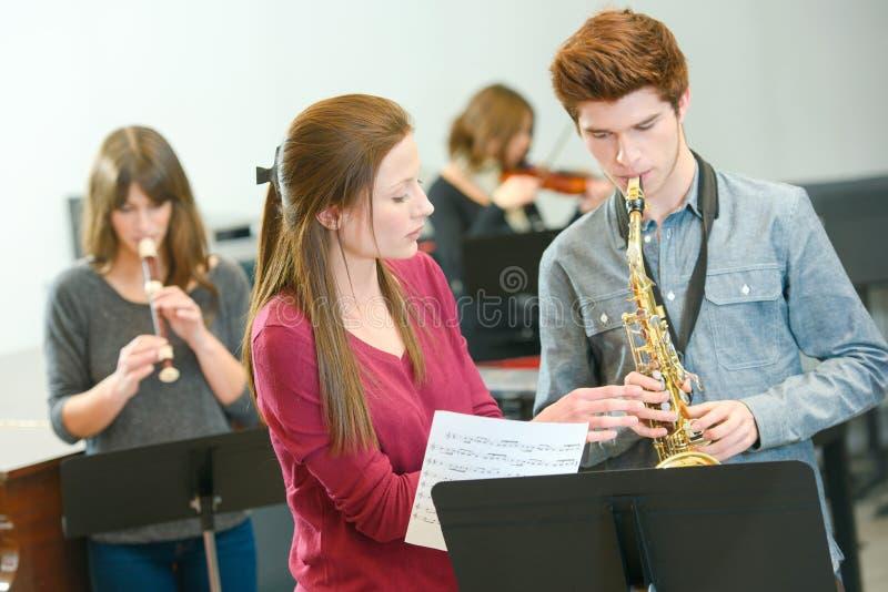 Muziekleraar op het werk royalty-vrije stock afbeeldingen