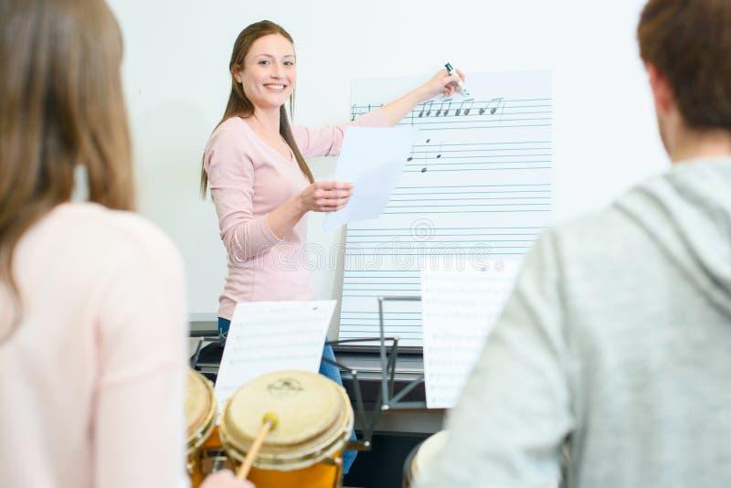 Muziekleraar op het werk royalty-vrije stock foto's