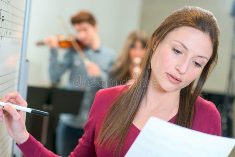 Muziekleraar op het werk stock afbeeldingen