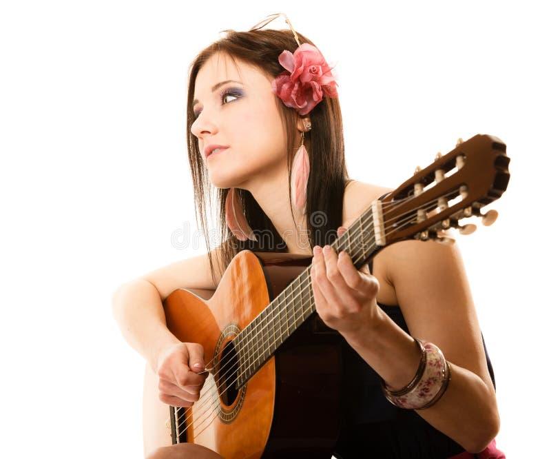 Muziekminnaar, geïsoleerd de zomermeisje met gitaar royalty-vrije stock afbeelding