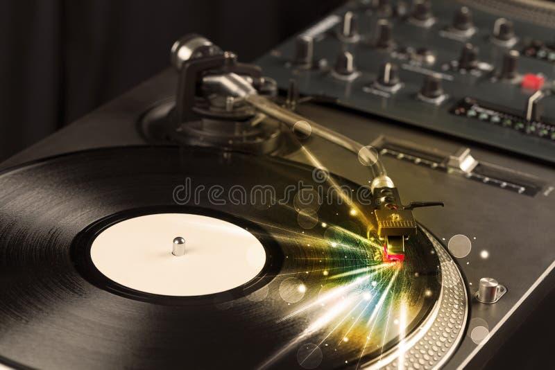 Muziekspeler het spelen vinyl met gloedlijnen die uit de behoefte komen stock fotografie