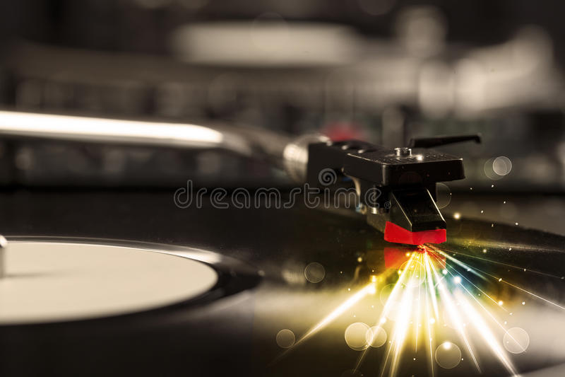 Muziekspeler het spelen vinyl met gloedlijnen die uit de behoefte komen royalty-vrije stock foto