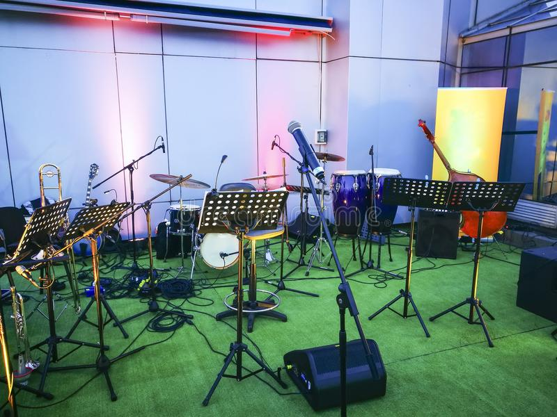 Muziekstadium met muzikale instrumenten royalty-vrije stock foto