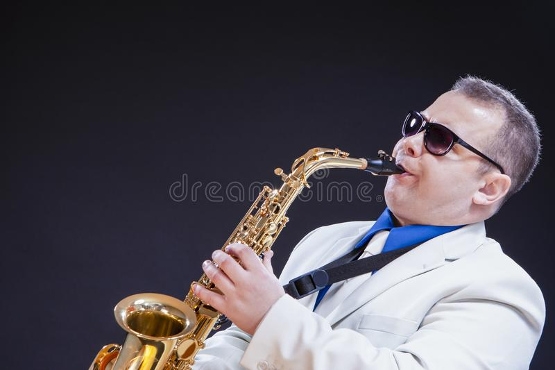 Muziekthema's en Ideeën Hartstochtelijke Kaukasische Rijpe Saxofonist stock fotografie