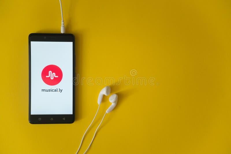 muzikaal ly embleem op het smartphonescherm op gele achtergrond stock fotografie