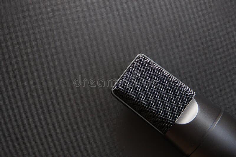 Muzikaal materiaal, de Professionele microfoon van de condensatorstudio, donkere kleur Sluit omhoog van hierboven stock fotografie