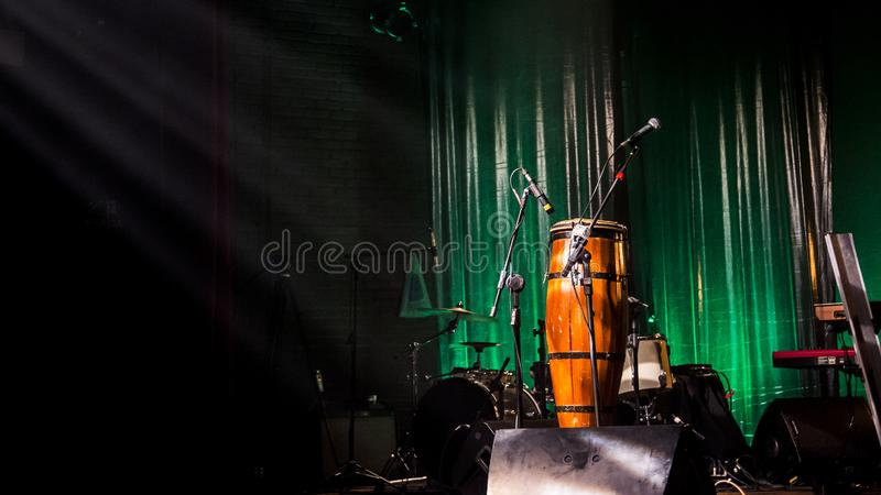 Muzikaal stadium met instrumenten stock foto