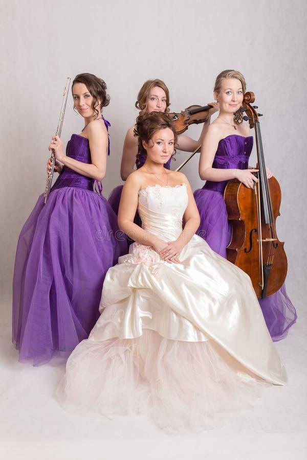 Muzikaal trio en een bruid royalty-vrije stock foto