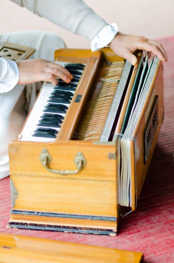 Muzikaal vermaak met harmonium tijdens Guru Purnima stock foto