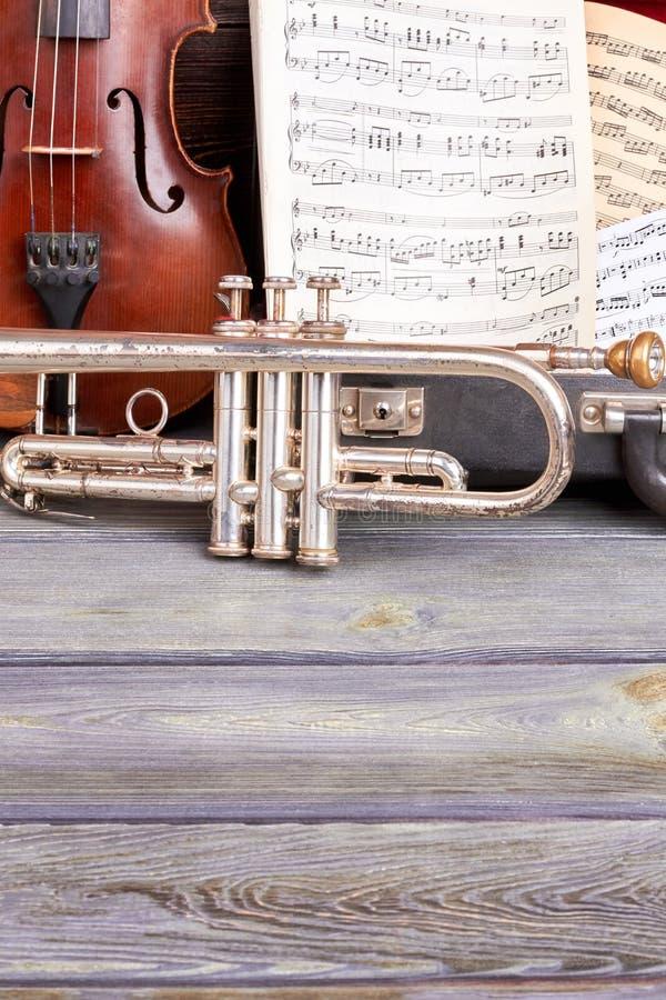 Muzikale achtergrond met klassieke instrumenten royalty-vrije stock afbeeldingen