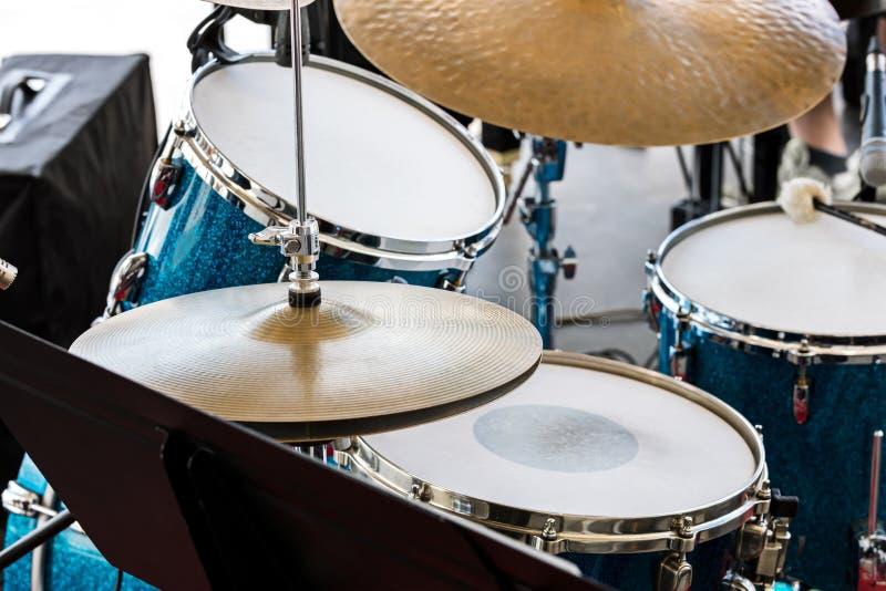 Muzikale apparatuur op stadium drumstel klaar voor straat performanc stock foto