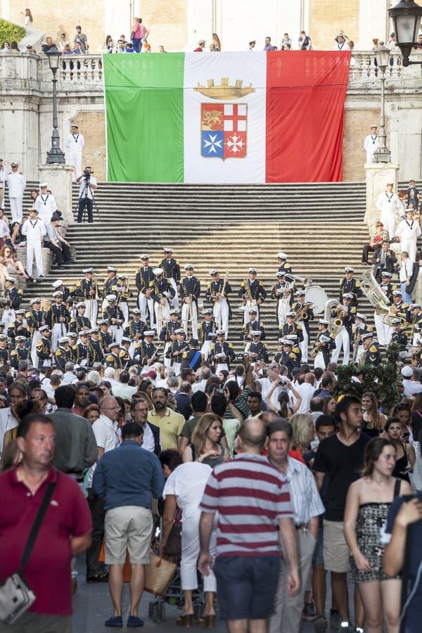 Muzikale band en Italiaanse Vlag in de Spaanse Stappen in Rome, Italië Menigtemensen stock afbeeldingen