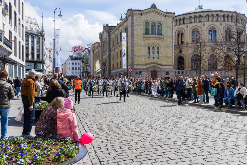 Muzikale bandenparade door de straten van Oslo, Noorwegen stock foto