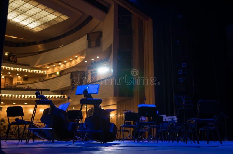 Muzikale instrumenten op het stadium royalty-vrije stock foto's