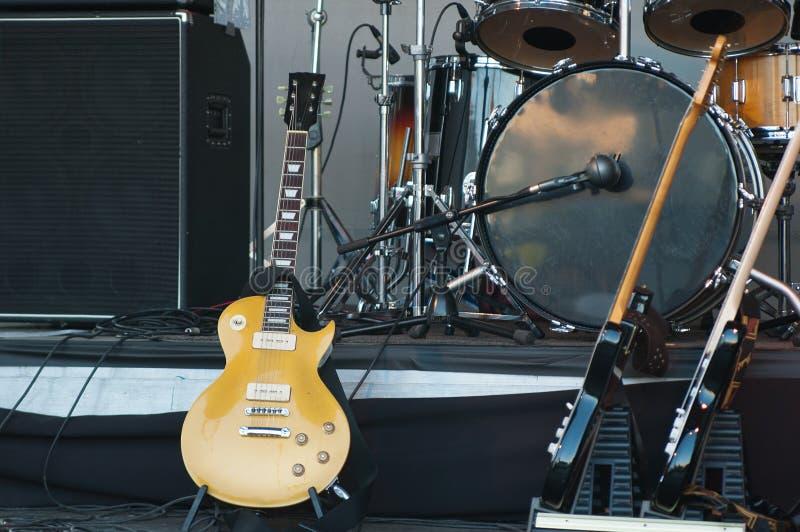 Muzikale instrumenten op stadium stock foto