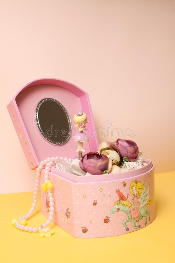 Muzikale juwelendoos met bloemdecoratie en een kleine prinses royalty-vrije stock fotografie