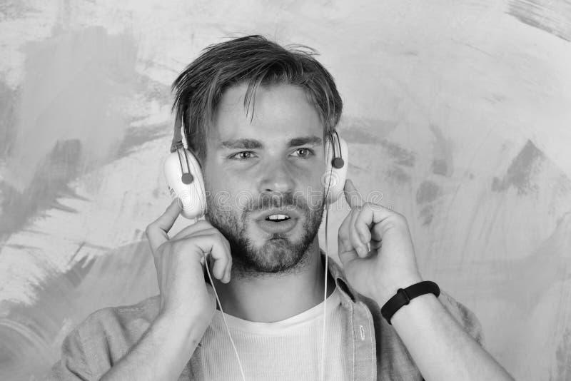 Muzikale levensstijl Vrolijke tiener het luisteren van DJ liederen via oortelefoons royalty-vrije stock afbeeldingen