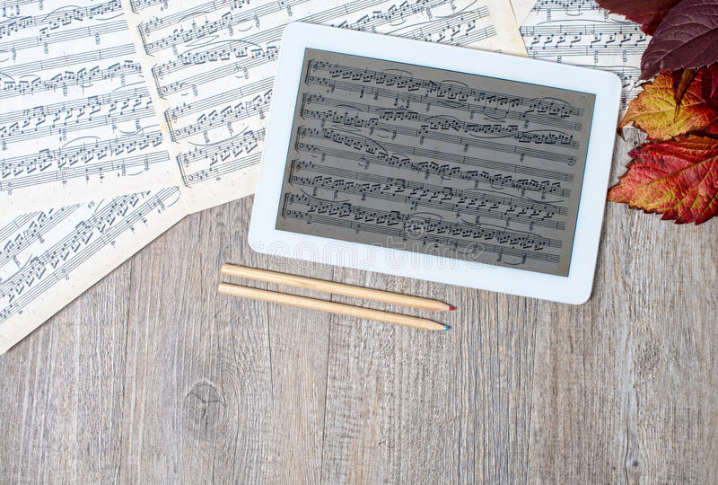 Muzikale scores met een digitale tablet royalty-vrije stock foto's