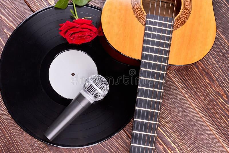 Muzikale voorwerpen en bloem op houten achtergrond royalty-vrije stock afbeeldingen