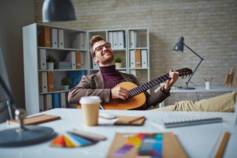 Muzikale zakenman stock afbeeldingen