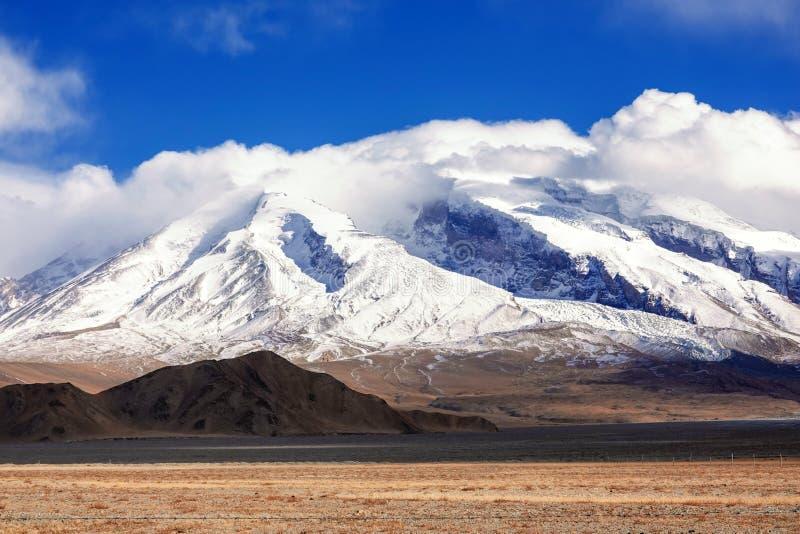 Muztagata berg på Pamirs i nedgång royaltyfria foton