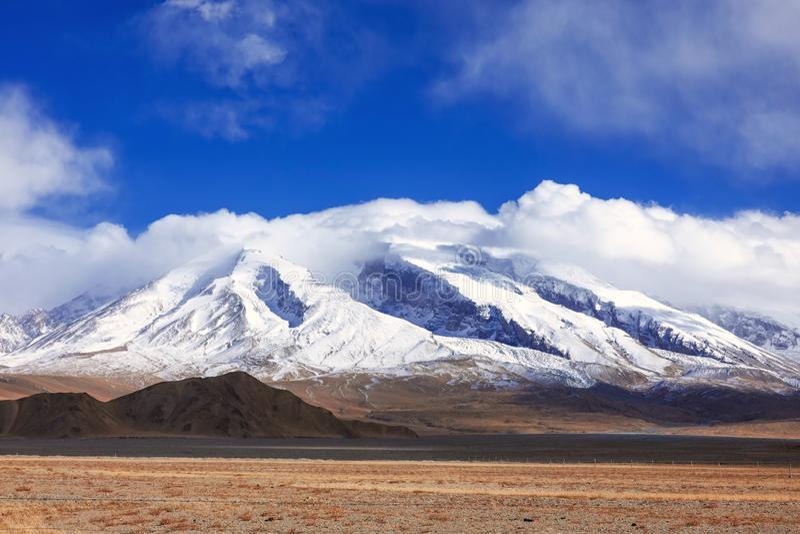 Muztagata berg på Pamirs i nedgång arkivbild
