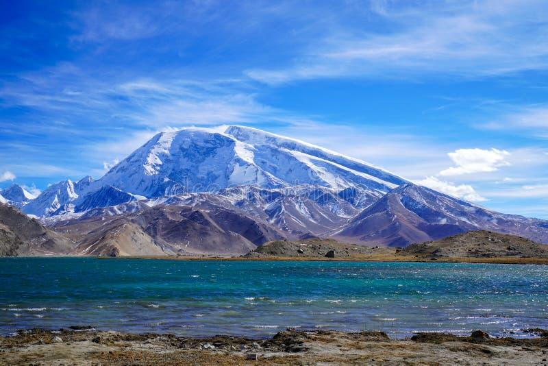 Muztagata maximum och Karakul sjö i höst royaltyfri fotografi
