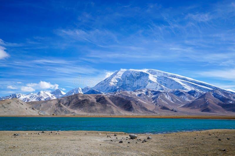 Muztagata maximum och Karakul sjö i höst royaltyfria foton
