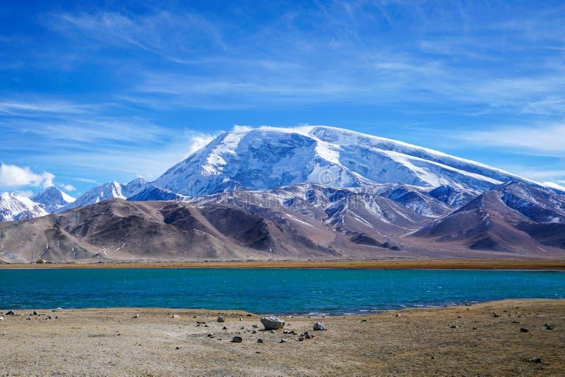 Muztagata maximum och Karakul sjö i höst royaltyfria bilder