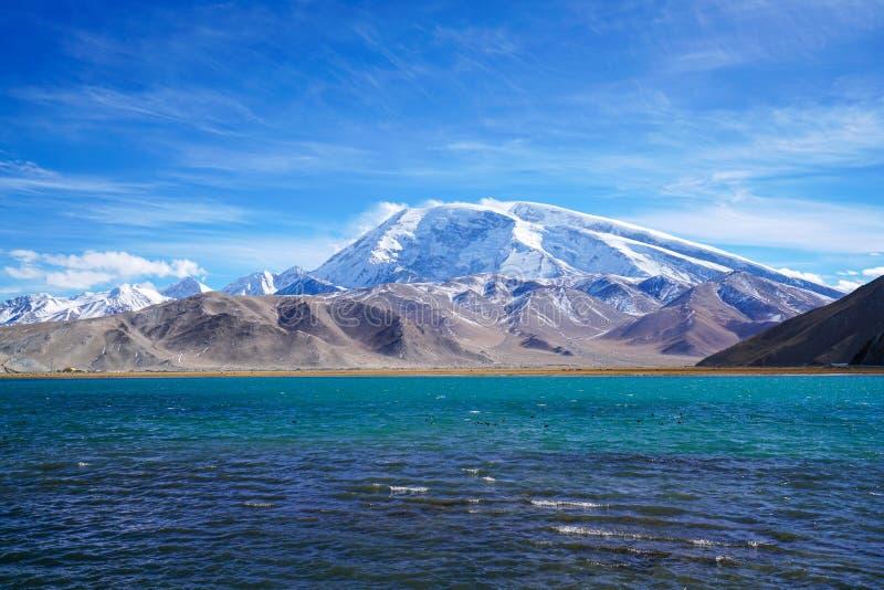 Muztagata maximum och Karakul sjö i höst royaltyfri bild