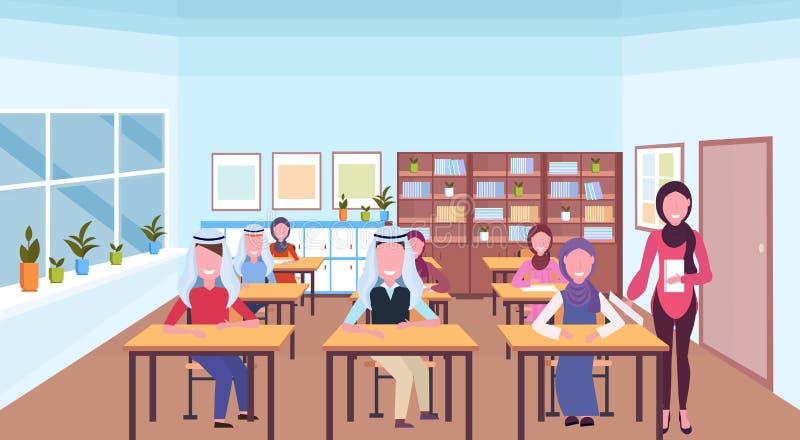 Muzułmańskiego nauczyciela czytelnicza książka podczas lekcyjnych arabskich uczni w hijab biurek edukacji siedzącego pojęcia nowo ilustracji