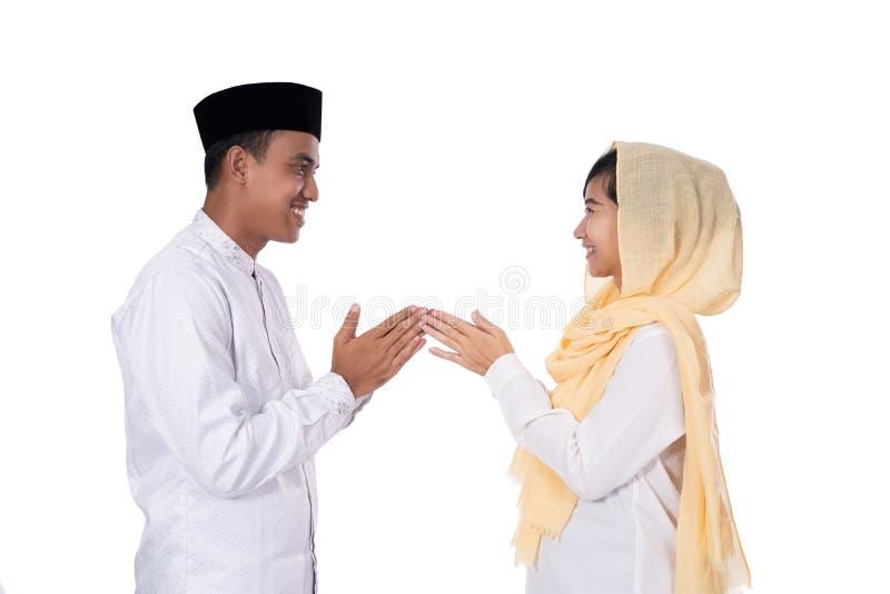 Muzułmańscy azjatykci ludzie wybaczać obraz royalty free