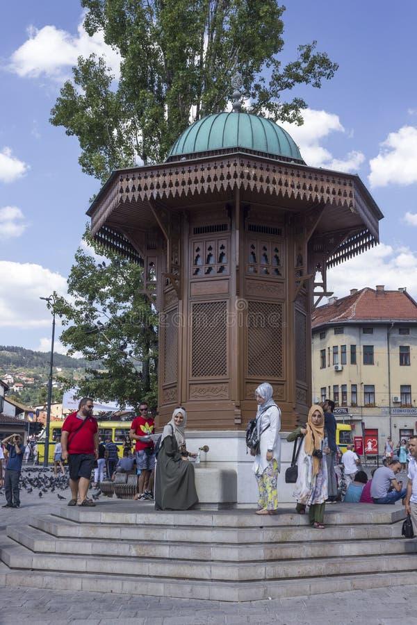 Muzułmańscy gils bierze wodę sławna Sebilj fontanna zdjęcie royalty free