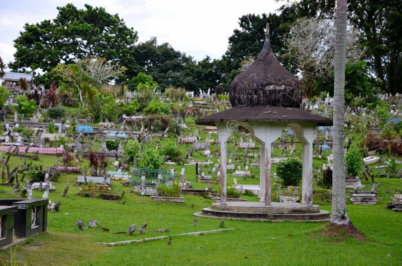 Muzułmańscy Islamscy grób nagrobki przy cmentarzem za Różowym stanem Meczetowy Kuching Malezja fotografia royalty free