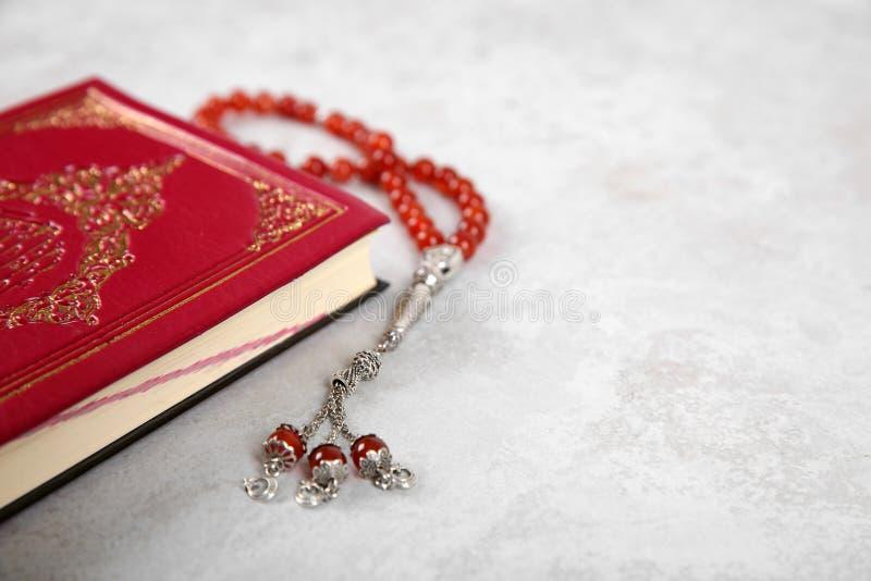 Muzułmańscy modlitewni koraliki, koran i przestrzeń dla teksta, fotografia stock