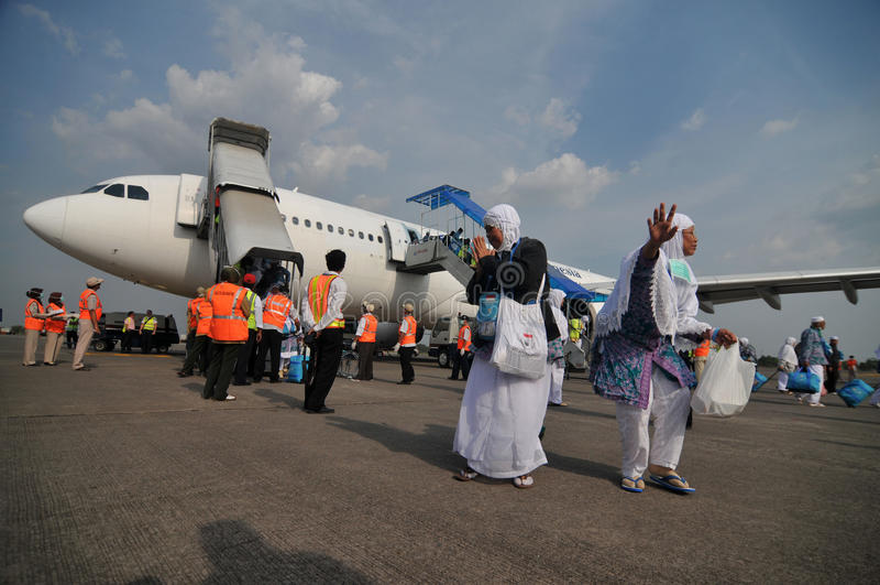 Muzułmańscy pielgrzymi przyjeżdżali w Indonezja po kończyli rocznego haj fotografia royalty free