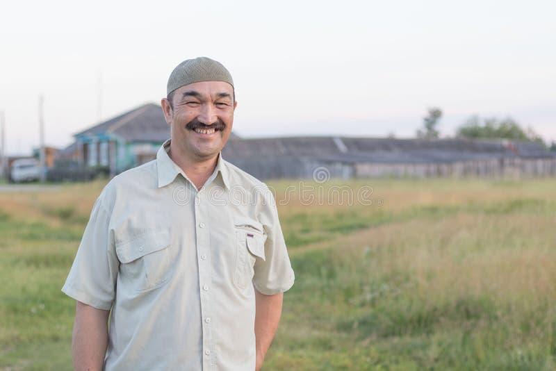 Muzułmańscy starszego mężczyzny stojaki i śmiech dobrzy zdjęcie stock