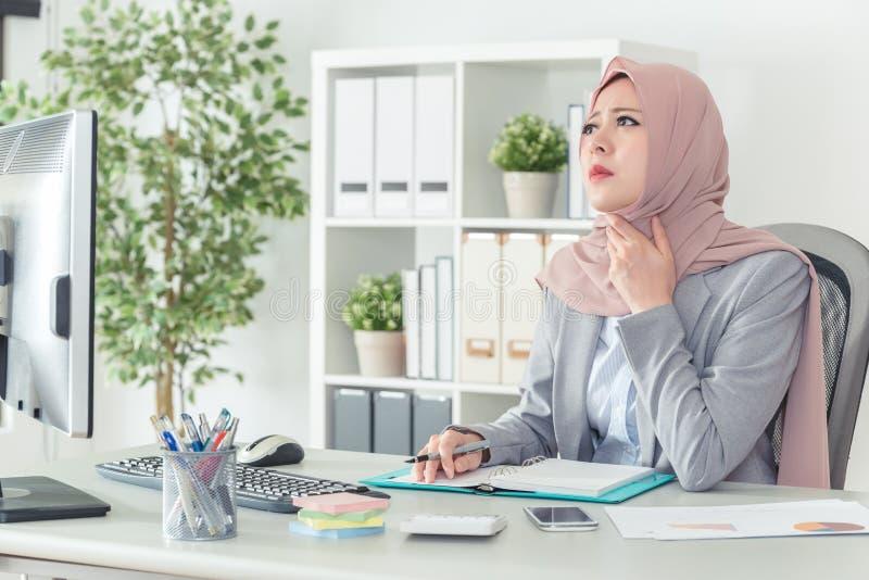 Muzułmańska biurowa dama wprawiać w zakłopotanie w miejsce pracy zdjęcie stock